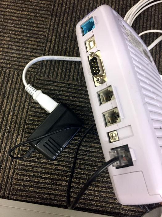 ターミナルアダプターに電源を差し込みます